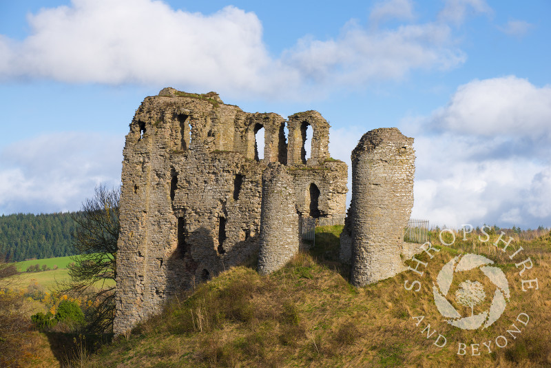 The ruins and extensive earthworks of Clun Castle with its 13th century keep, Shropshire, England.