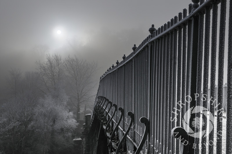 The Iron Bridge on a foggy winter's morning, Ironbridge, Shropshire, England.