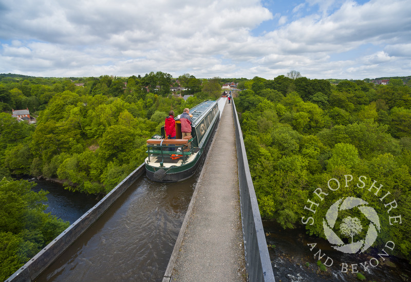A narrowboat on the Llangollen Canal passes over the River Dee on the Pontcysyllte Aqueduct, north east Wales.